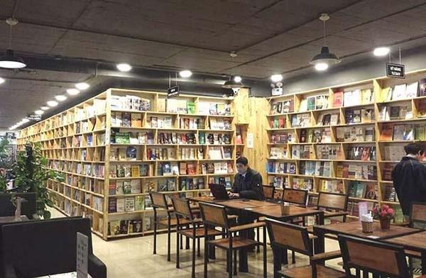 Cafe sách Đông Tây sở hữu không gian yên tĩnh, trầm lắng