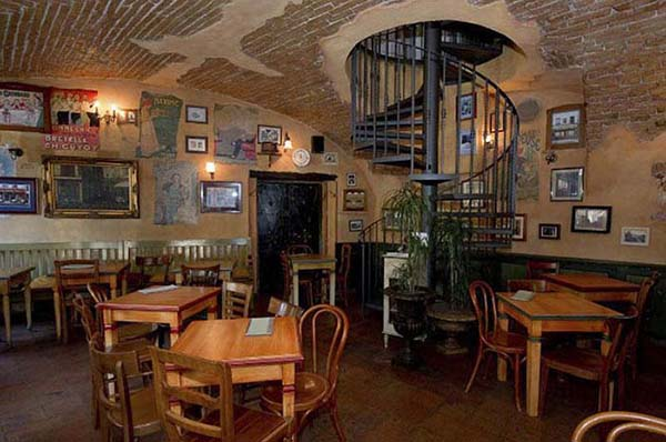 Nội thất của Le Petit cafe đơn sơ, mộc mạc
