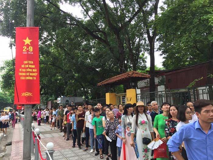 Du khách phải xếp hàng ngay từ cổng chính của Quảng trường Ba Đình