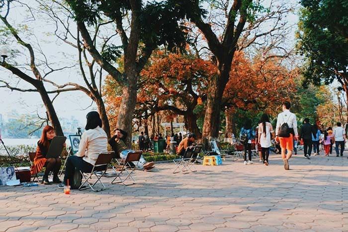 Hồ Gươm lúc nào cũng đông vui, nhộn nhịp