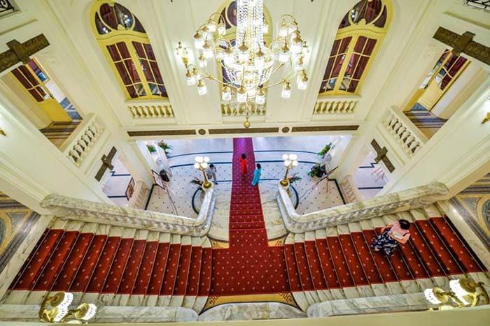Lối đi bên trong Nhà hát lớn