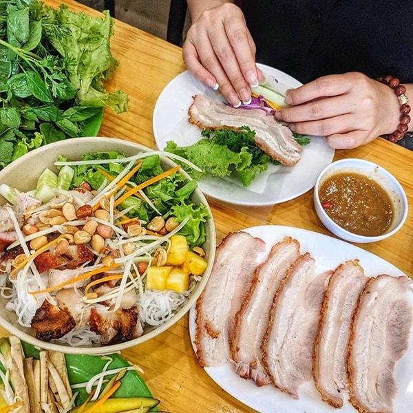 Bánh tráng cuốn thịt heo khi đến với Hà Nội trong nguyên liệu sẽ có thêm phần phở cuốn khiến món ăn tăng thêm hương vị lên gấp bội phần