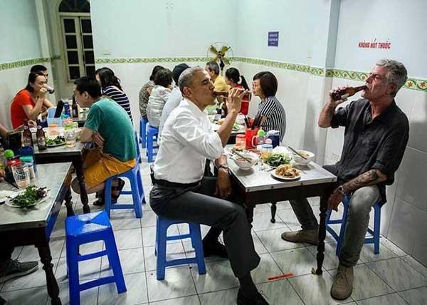 Tổng thống Obama cùng người đầu bếp nổi tiếng Anthony Bourdain đang ăn bún chả Hà Nội
